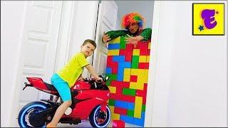 Карлос построил Цветную стену из кирпичей // Егорка Играет в ДОМЕ //
