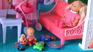 Видео с куклами Барби, Челси смотрит за племянницей, играет с Келли игрушками