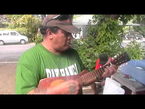 rarotongan ukelele player at the market