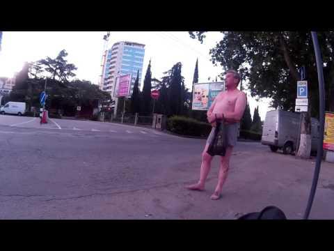 Голый мужик ловит такси в 5 утра... Ялта / Крым | июль 2016