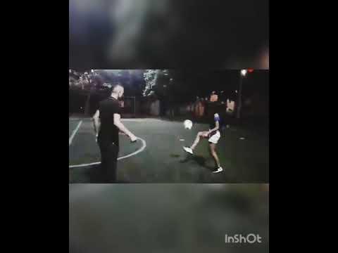 Una Pareja Jugando Futbol Youtube