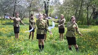 В Солигорске поздравили ветерана ВОВ с 75-летием Победы уличным мини-концертом