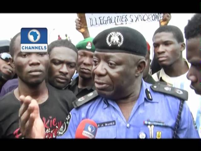 UNILAG Students Block Third Mainland Bridge To Protest Change Of Institutions Name