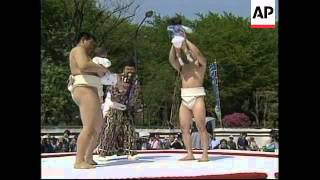 JAPAN: TOKYO: SUMO WRESTLING FATHERS TAKE THEIR BABIES INTO RING