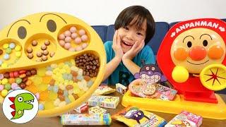 レオくんがカラフルなお菓子をアンパンマンのフェイスランチ皿にならべてあそぶよ! トイキッズ