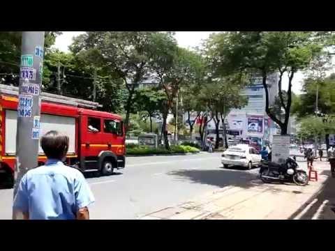 Firetruck responding to structure fire 4/8/2015 - Xe cứu hỏa đi chữa cháy -