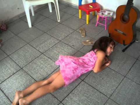 Isabela Dançando em casa