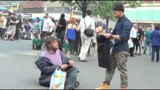 Un Jeune Homme Aide Les Pauvres