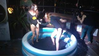 بالفيديو| فتيات روسيات يغطسن في حمام الكافيار الأسود احتفالا بـ«الروبل»