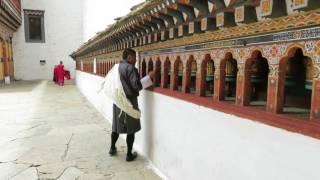 敬虔な仏教徒であるブータン人は、お寺やゾンでマニ車を見つけると熱心...
