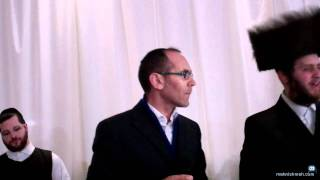 The Chosson Shimmy Engel & Yishai Lapidot Sing Ale Katan In Yiddish