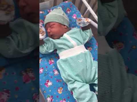 Павлодарские медики с помощью фото и видео надеются отыскать родных спасенного младенца