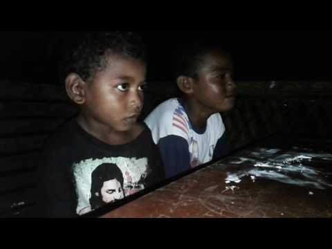Dua anak memakai bahasa biak