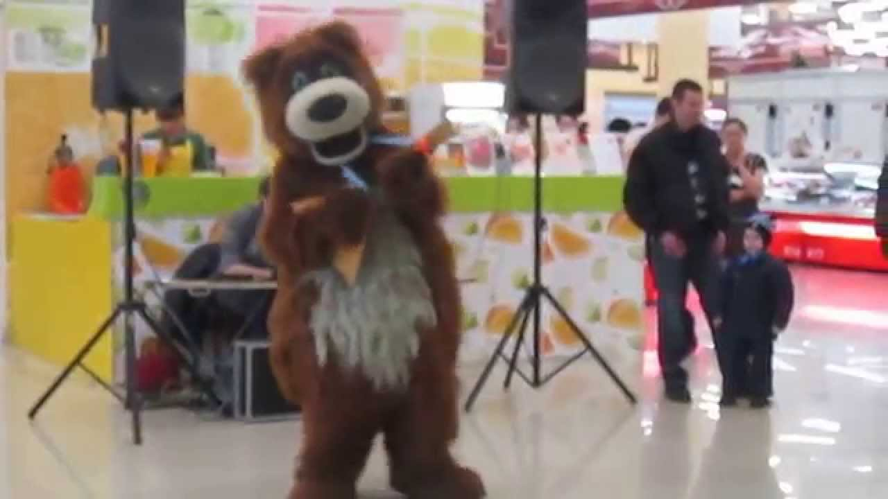 Медведь играет на балалайке!