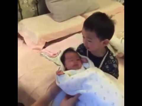 Anak masih bayi di lempar sama kakaknya
