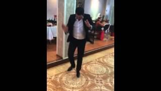 Цыганский парень чётко  танцует польку
