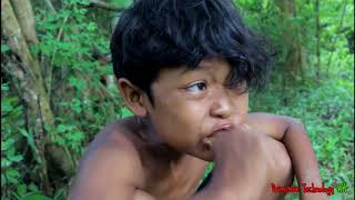 Primitive Technology - Eating delicious - Cooking pig intestines on a rock