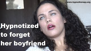 Hypnotized girl forgets her boyfriend. - deep hypnosis amesia 催眠
