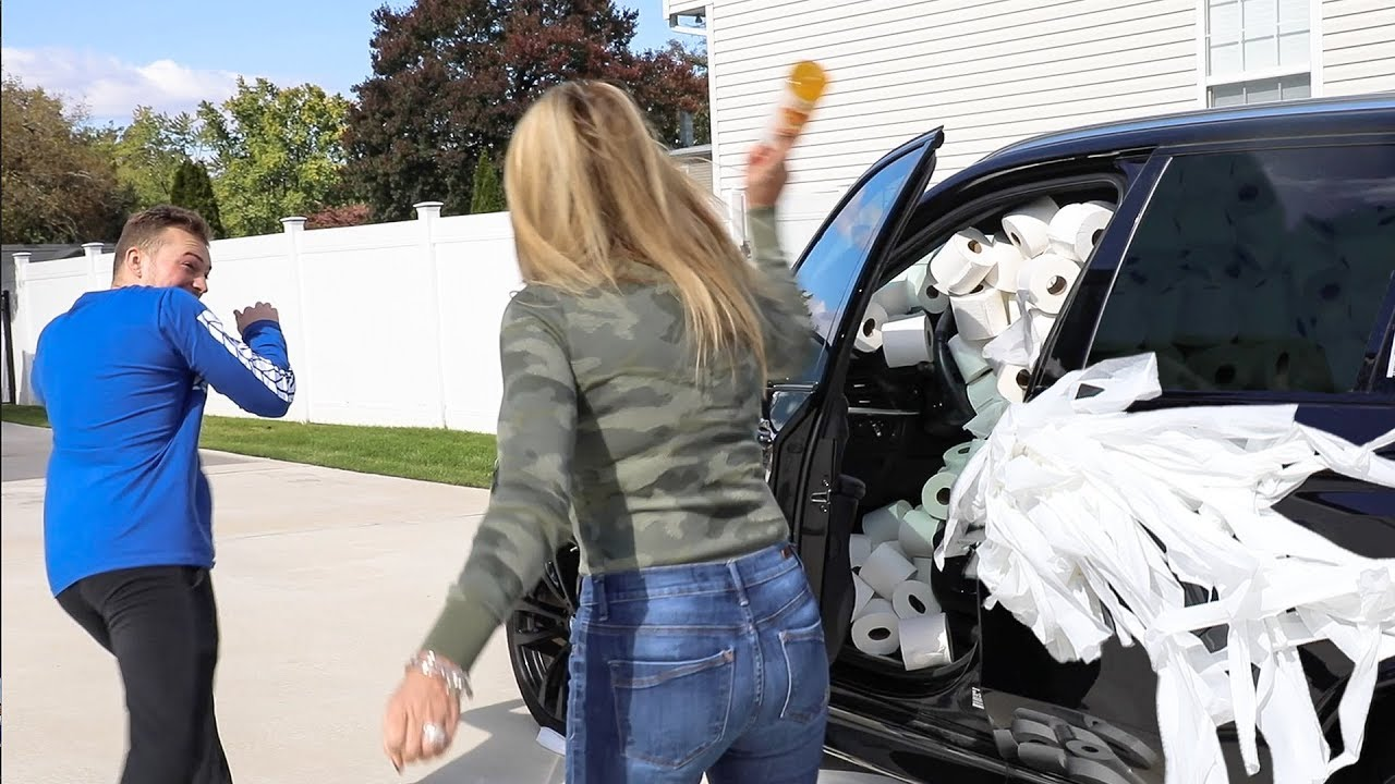 filling-wrapping-moms-car-w-toilet-paper-prank