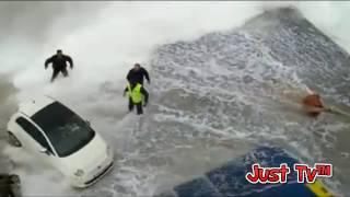 Pericoloso e affascinante attracco nave in Grecia mare in tempesta