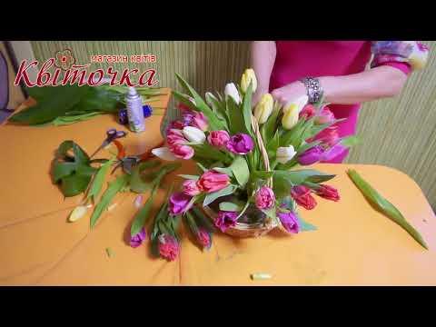 Корзина с разноцветными тюльпанами: букеты к 8 Марта