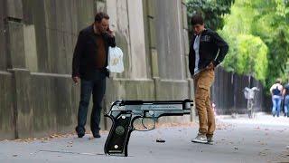 Faire tomber un pistolet à Paris / Dropping the gun in Paris (Prank - Camera Cachée)