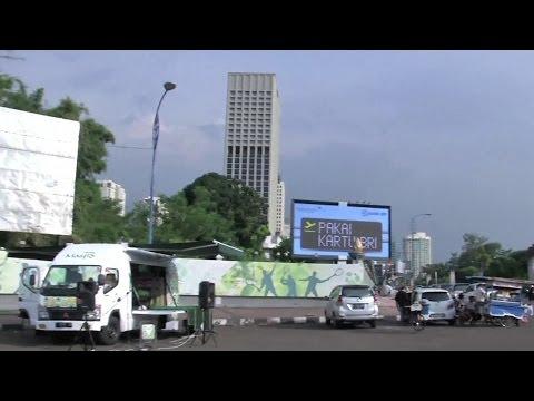 Mobile mosque rolls on wheels in Jakarta