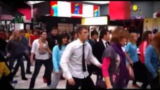 Суперский флешмоб! Народ танцует с подарками!  Смотреть онлайн   Видео   bigmirnet(, 2011-01-15T12:03:05.000Z)
