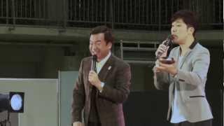 2012年11月17日に神奈川県の大学の学園祭での、あべこうじ・松沢しげふ...