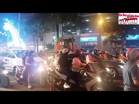 Bão bóng đá U23 Việt Nam vs U23 Iraq NỮ PHÓNG VIÊN NÓNG BỎNG| Saigon travel business.