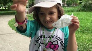 В Канаде родители придумали необычный способ, как вырвать качающийся молочный зуб у своей дочки.