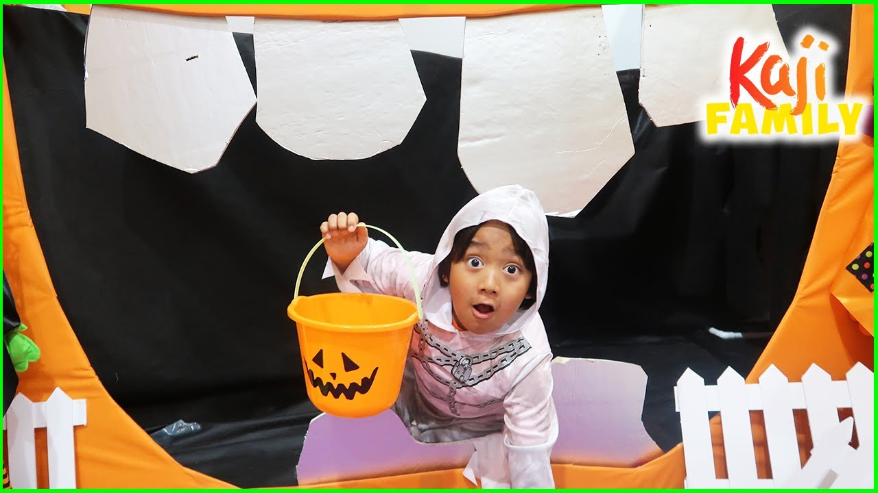 Trick or Treat at the Halloween Haunted House Box Fort Maze!!