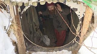 «Русский хоббит»: московский адвокат поселился в землянке (новости)(http://ntdtv.ru/ «Русский хоббит»: московский адвокат поселился в землянке. «Русский хоббит» - так называют 42-летне..., 2017-02-06T15:25:29.000Z)
