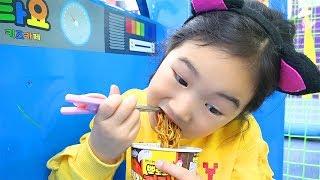 बोराम नूडल्स खाएं इनडोर पार्क में