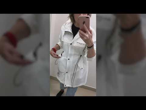 Женская белая ветровка с капюшоном