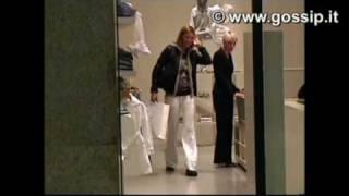 Martina Colombari fa shopping col figlio Achille