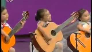 Kleine kinder spielen Gitarre
