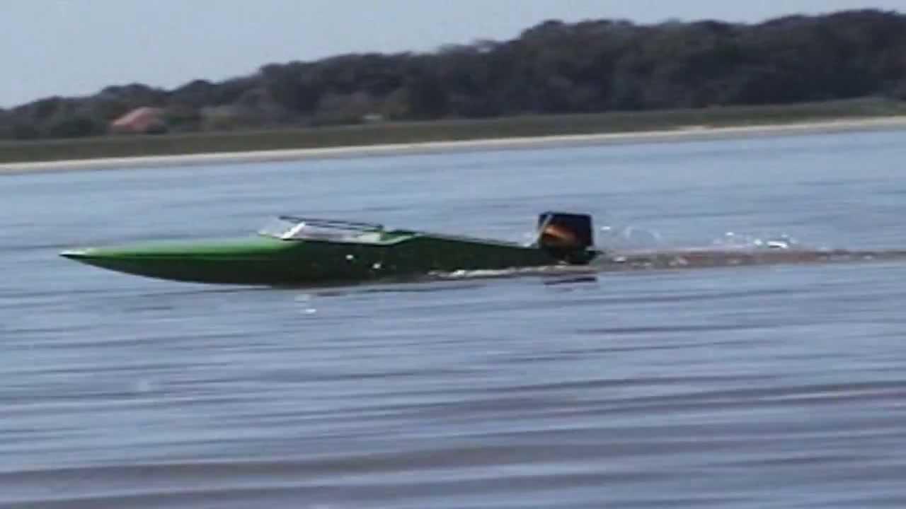 robbe prinzess sportboot mit au enborder auf der elbe