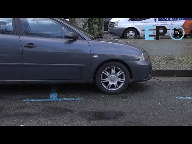 Coches que usan dos plazas para aparcar