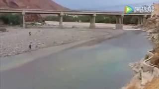 男子察覺河道上游有異樣,迅速逃離後轉身發現自己剛才竟然逃過了「死神」的追擊! thumbnail