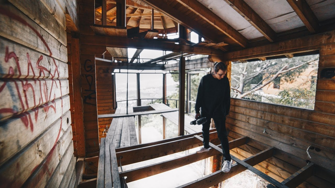 explorando una casa de madera abandonada