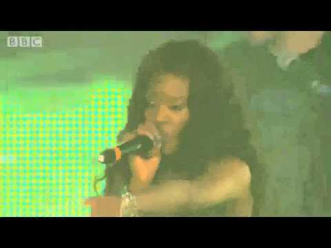 Azealia Banks - 212 (Live @ at Radio 1's Hackney Weekend)