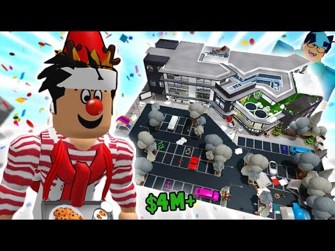 touring a BLOXBURG MEGA MALL with EVERY ITEM in the game... it's insane