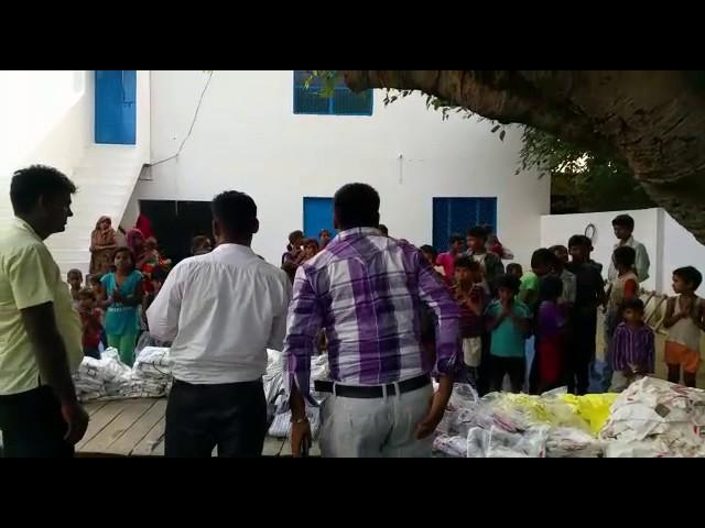 Doação de roupas as criancas da India que já estão estudando a palavra de Deus