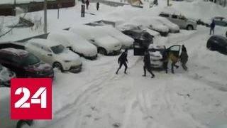 Массовая драка в Уфе: хулиганы с битами не дали жильцам расчистить двор