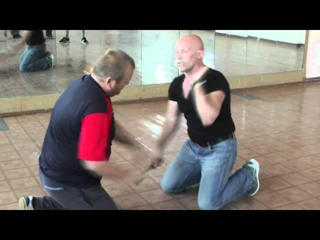 Упражнение ножевой бой на коленях