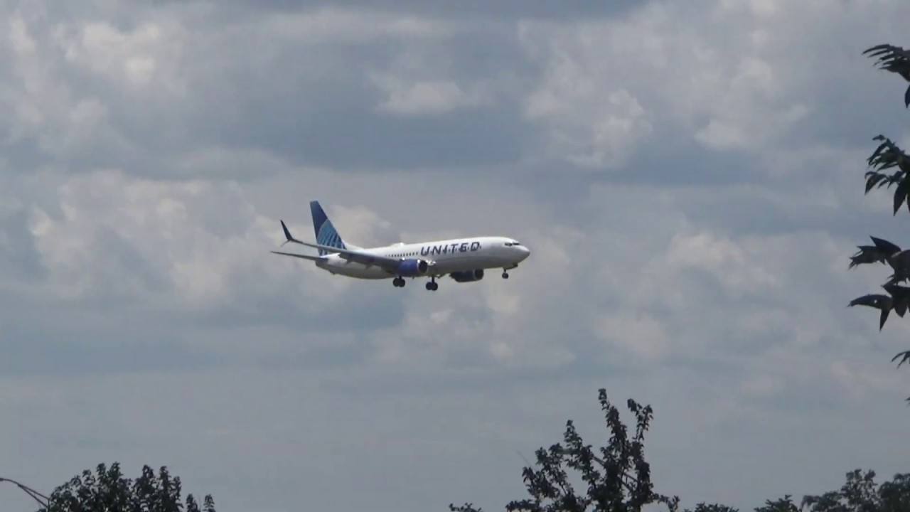 United Airlines (New Livery) Boeing 737-824 arriving at