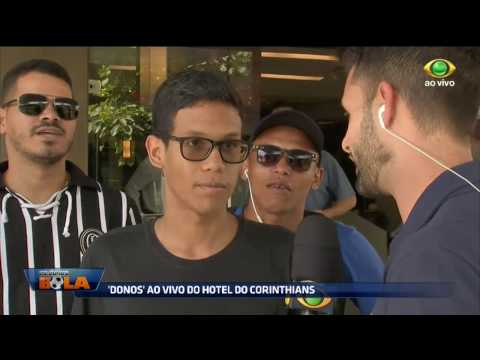 Torcedores Do Corinthians Aguardam Em Frente A Hotel