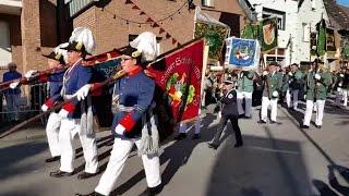 Schützenfest in Gustorf 2015 [Blumenhorn- und Fahnen-Parade mit Platzkonzert] am Sonntag