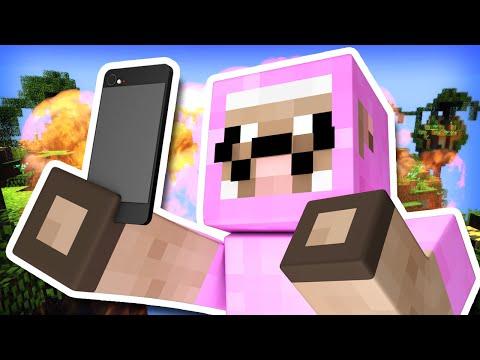 TAKING SELFIES DURING BATTLE!!   Minecraft Skywars